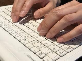 キーボードを打つ手元。の写真・画像素材[1050373]