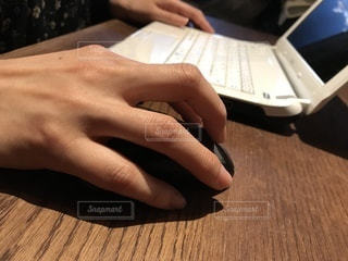 ノートパソコンをやる女性。の写真・画像素材[1050412]