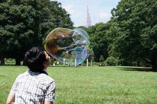 巨大シャボン玉の写真・画像素材[1514013]
