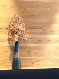 テーブルの上の花の花瓶の写真・画像素材[734048]