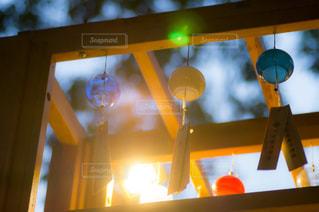 天井からぶら下がっている黄色の看板の写真・画像素材[1142977]