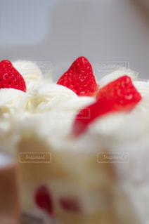 近くにケーキのアップの写真・画像素材[1144887]