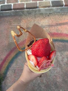 果物の一部を保持している人の写真・画像素材[1285300]