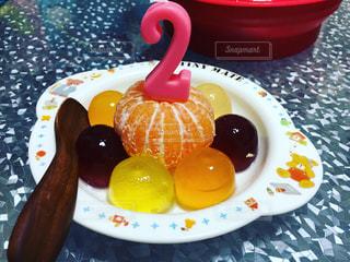 テーブルの上に食べ物のプレートの写真・画像素材[734012]