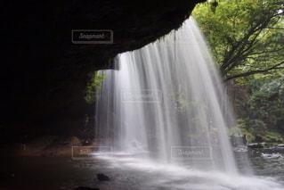 水から出てくる大きな滝の写真・画像素材[734180]