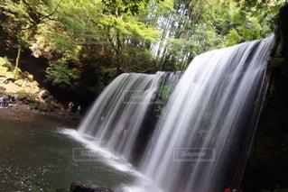 いくつかの水の上の大きな滝の写真・画像素材[734182]
