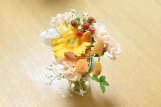 テーブルの上に花瓶の花の花束 - No.734311