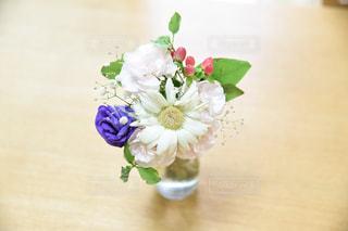 テーブルの上に花瓶の花の花束 - No.734313