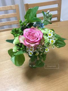 テーブルの上に花瓶の花の花束 - No.734340