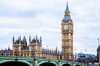 ロンドンにそびえる大きな時計塔ビッグベンの写真・画像素材[1206606]