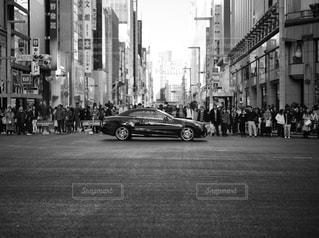 忙しい街の通りの黒と白の写真 - No.886810