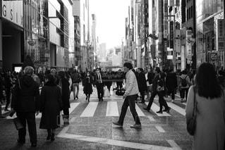 街の通りを歩いている人のグループ - No.954168