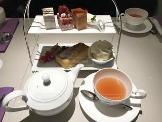食品やコーヒー テーブルの上のカップのプレート - No.1130317