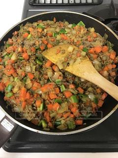 肉と野菜をコンロで鍋の写真・画像素材[1130324]