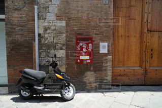 れんが造りの建物の前に駐車したバイクの写真・画像素材[1308820]