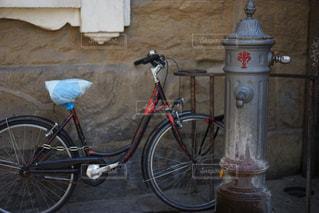 自転車は建物の脇に駐車の写真・画像素材[1308822]