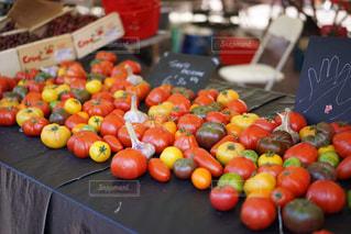 テーブルの上に食べ物の写真・画像素材[1367372]