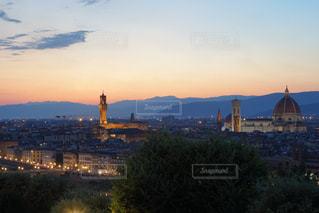 夕暮れ時の都市の景色の写真・画像素材[1377965]