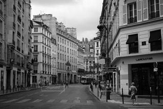 街の通りの白黒写真の写真・画像素材[2329491]