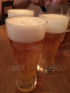 テーブルの上のビールのグラス - No.736718