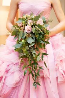 植物にピンクの花の女性 - No.735671