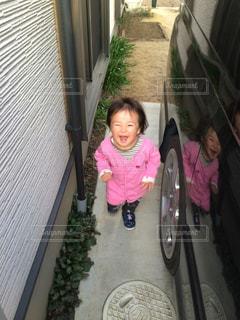 カメラに向かって笑みを浮かべて少女 - No.740445