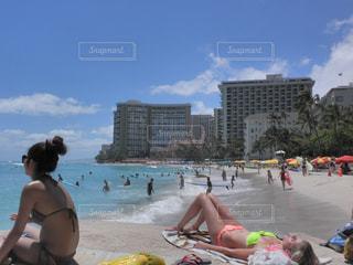 ビーチに座っている人々 のグループ - No.740467