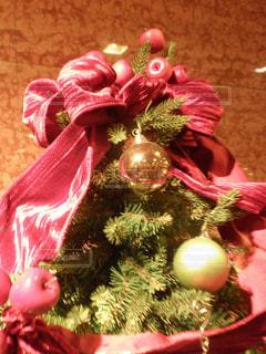 クリスマス ツリーの横に座っているテディー ・ ベア - No.740500