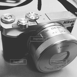 テーブルの上の黒いカメラの写真・画像素材[735991]