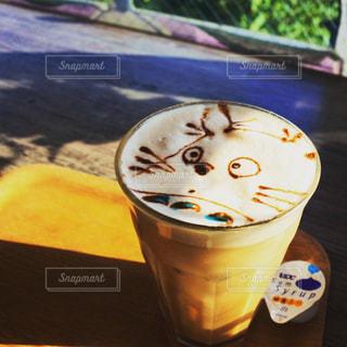 テーブルの上のコーヒー カップの写真・画像素材[735992]