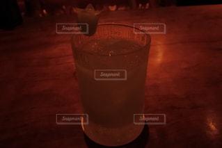 テーブルの上のガラスのコップの写真・画像素材[736078]