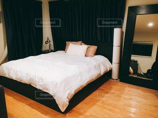 ベッドとホテルの部屋で机付きのベッドルームの写真・画像素材[736877]