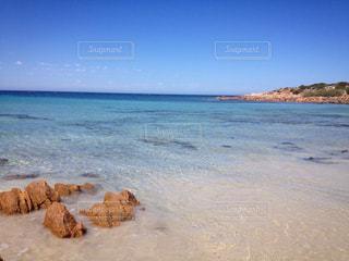 海の横にある岩のビーチ - No.736520