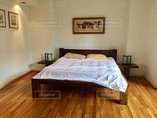 木製の床とダブルベッドの写真・画像素材[740845]