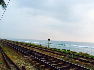 スリランカ 線路と海の写真・画像素材[740895]
