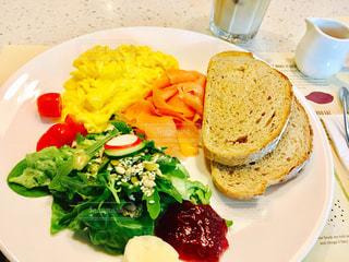 テーブルの上に食べ物のプレート - No.762030