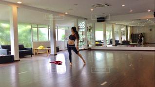 自然光明るいダンススタジオのベリーダンサーの写真・画像素材[772185]