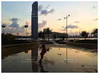 水たまりで遊ぶ子供の写真・画像素材[805077]