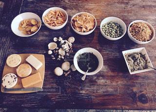 木製のテーブル、板の上に食べ物のプレートをトッピングの写真・画像素材[940087]