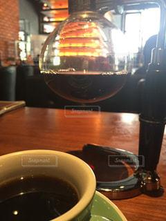 テーブルの上のコーヒー カップ - No.1111566