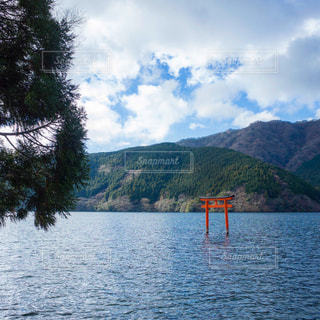 芦ノ湖にある九頭龍神社の鳥居の写真・画像素材[925982]