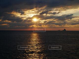 薄明光線の射す三宅島の海の写真・画像素材[935387]