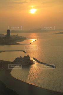 博多湾から見える夕陽の写真・画像素材[939160]