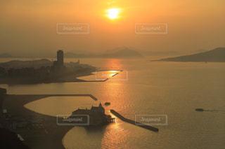博多湾から見える夕陽の写真・画像素材[939164]