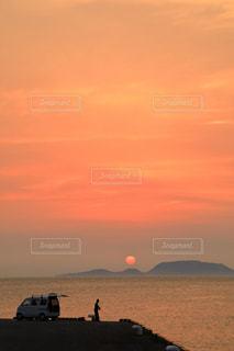 神津島に沈む夕日を眺めながら、三宅島の港で釣りの写真・画像素材[939573]