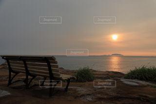 三宅島伊豆岬にある夕暮れ時の海を見下ろすベンチの写真・画像素材[939960]