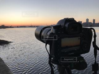 朝日を撮るカメラの写真・画像素材[941329]