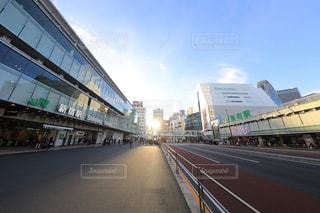 新宿駅南口と甲州街道の写真・画像素材[942738]