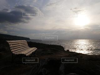 海を眺めるベンチの写真・画像素材[943014]