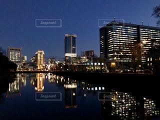 オフィス街の明かりを映す皇居のお堀池の写真・画像素材[943645]